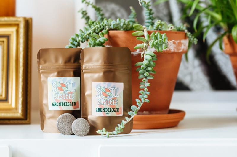 Soil Sisters grondleggers plantenvoeding met plant